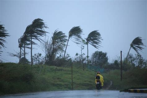 Thousands flee as Typhoon Ulysses menaces Philippines